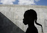一个女孩在斯里兰卡科伦坡的拘留室里等待法院提出诉讼。
