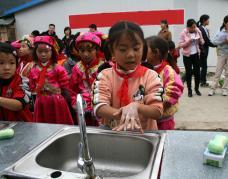 """灾区儿童庆祝""""全球洗手日"""""""